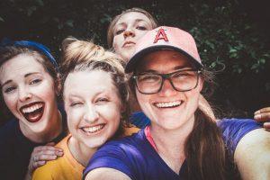 Grupa czterech nastolatków robiących selfie