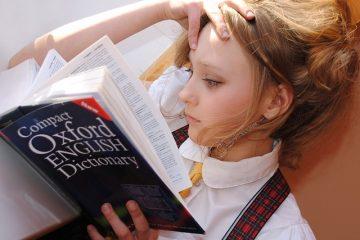 Dziewczyna czytająca słownik języka angielskiego