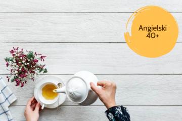 Dłoń kobiety nalewającej herbatę do filiżanki, w rogu napis angielski 40+